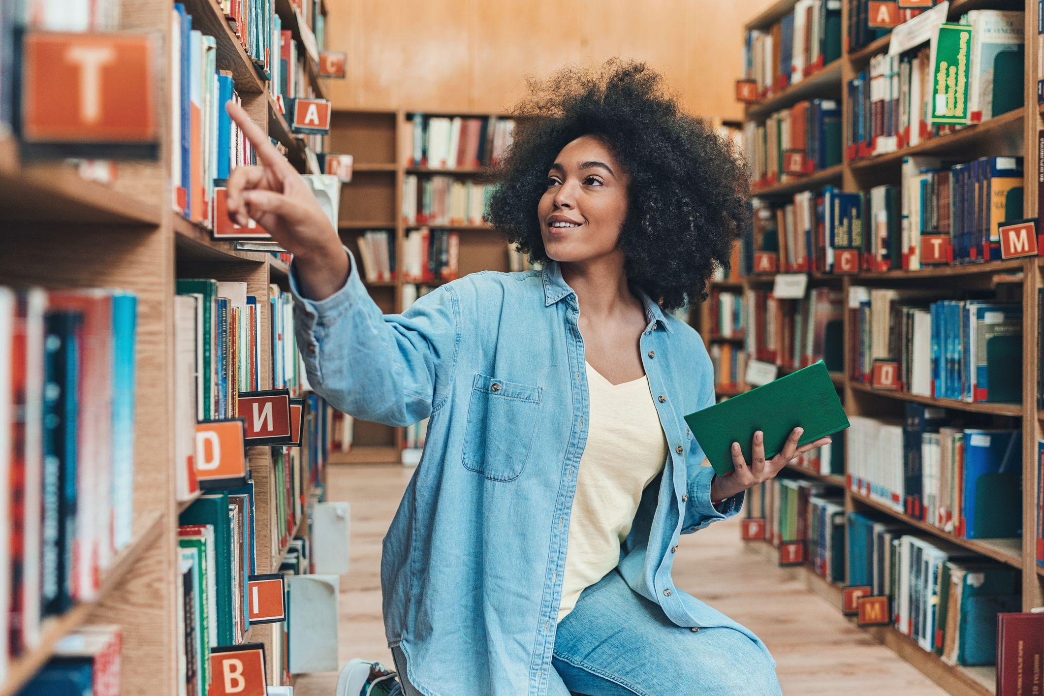 como estudar para o enem: menina em biblioteca