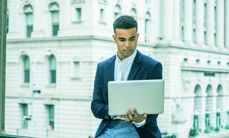 mba especialização mestrado; homem segurando notebook